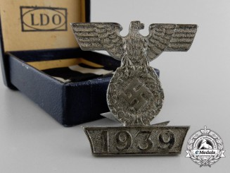 A Clasp to the Iron Cross Second Cl. 1939; Type I with Box of Issue