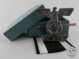 A Clasp to the Iron Cross 2nd Cl. 1939; Reduced Version with Case