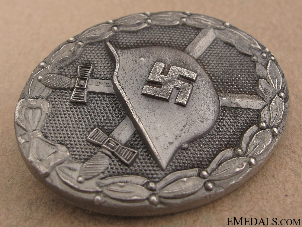 A Cased Wound Badge - Silver Grade