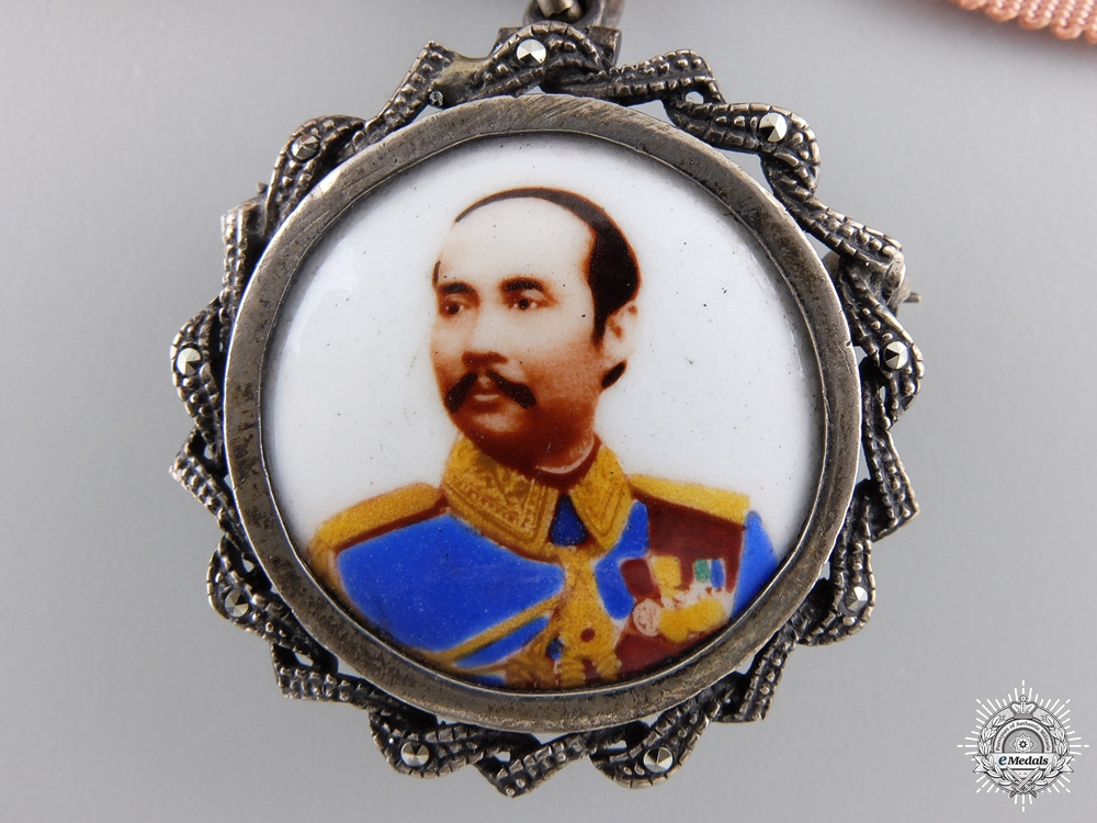 A King Rama of Thailand Commerative Badge; Ladies Bow