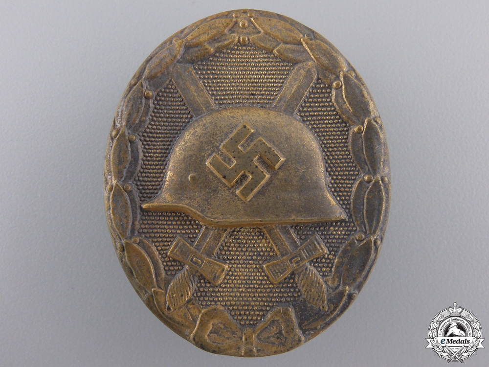 A Gold Grade Wound Badge with Case