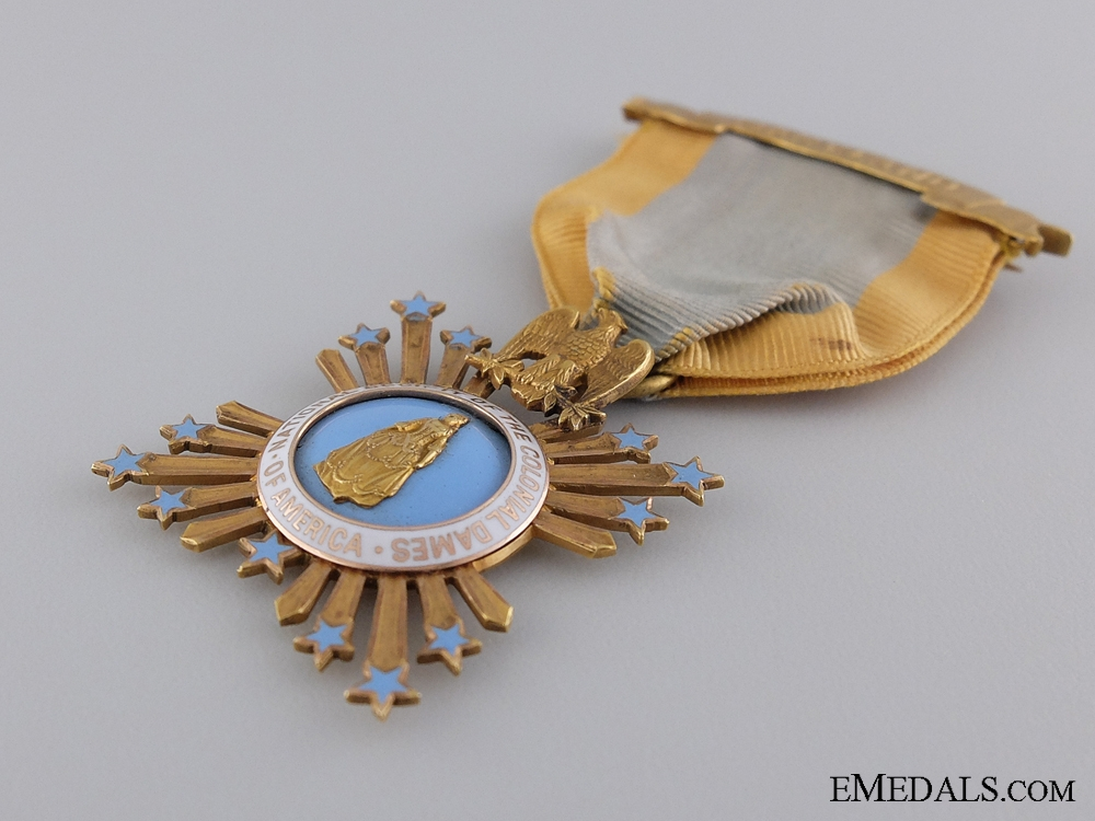 An Maryland Colonial Dames of America Membership Badge in Gold