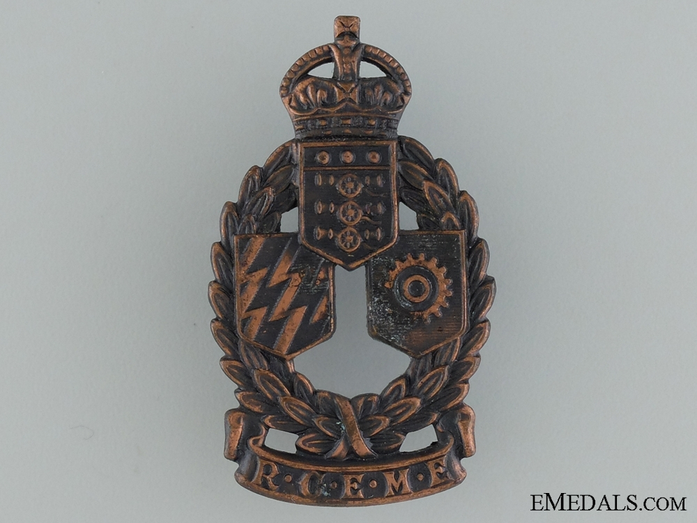 WWII Royal Canadian Electrical and Mechanical Engineers Cap Badge