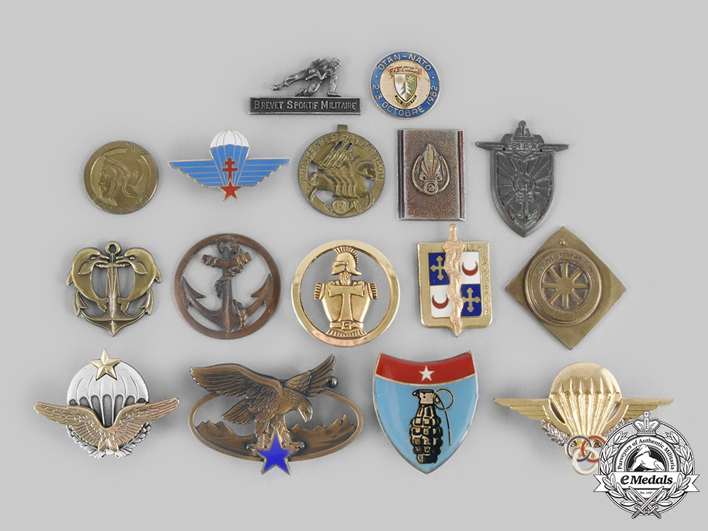 eMedals-France, Republic. A Lot of Sixteen Air Force, Army, Foreign Legion, Navy, Paratrooper Badges