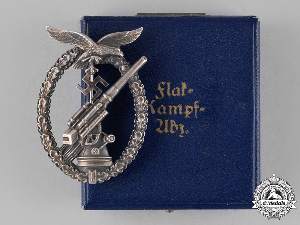 eMedals-Germany, Luftwaffe. A Flak Badge in its Presentation Case