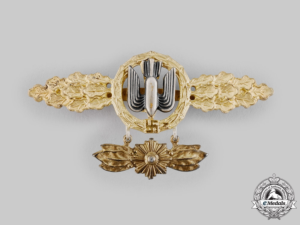 eMedals-Germany, Luftwaffe. A Bomber Flight Clasp, Gold Grade, with Star Pendant