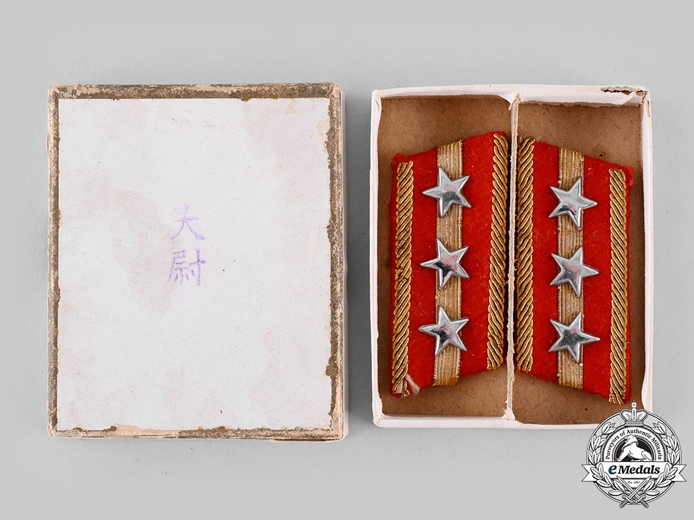 eMedals-Japan, Empire. An Army Type 98 Captain's Collar Tab Pair in Their Box of Issue