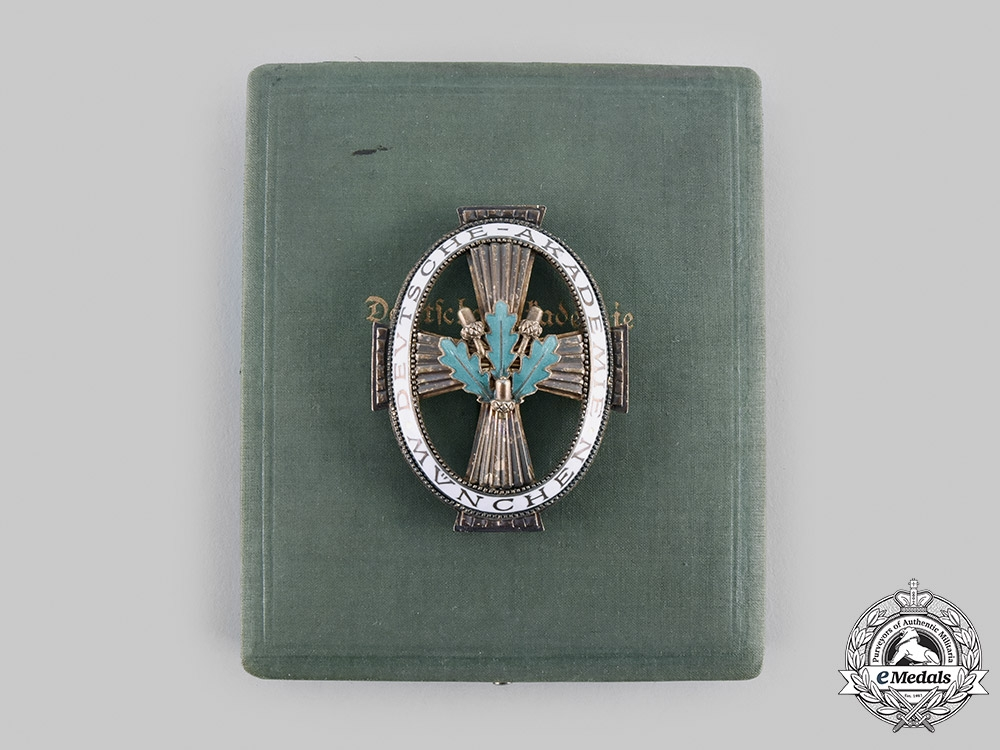 eMedals-Germany, Imperial. A Rare Honour Badge of the Germany Academy in München with Case