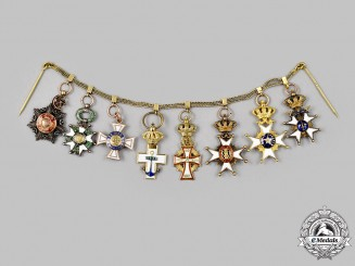 International. A Miniature Chain of World Orders in Gold, c. 1930
