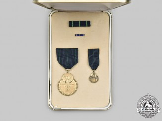 United States. A Navy Expert Rifleman Medal, Cased