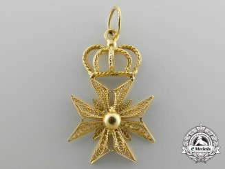 A Fine Filigree Maltese Cross Pendant in Gold