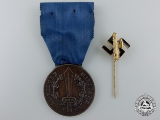 An Italian Fascist State Medal for Military Valour; Bronze Grade with Stickpin