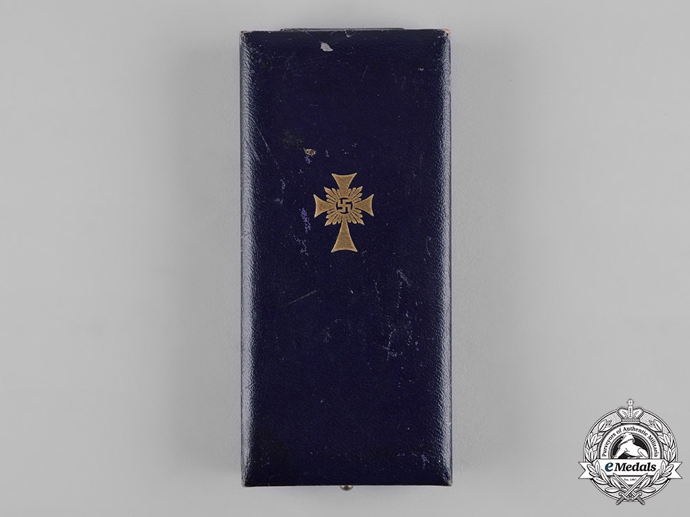 Germany, Third Reich. A Cased Honour Cross of the German Mother in Gold by Hans Gnad