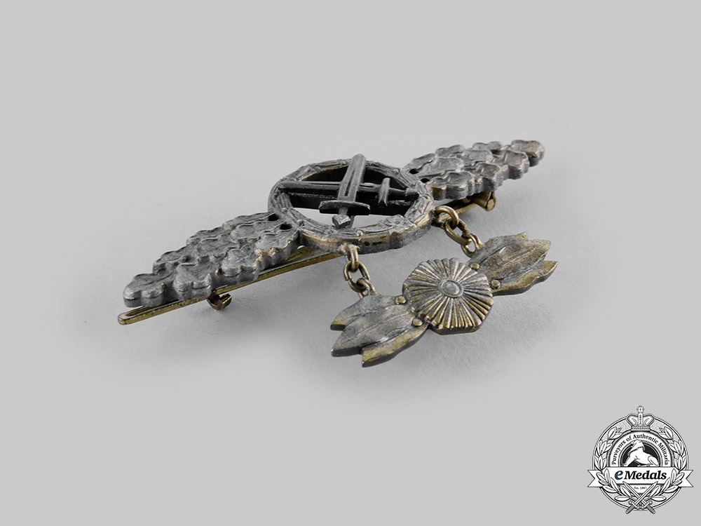 Germany, Luftwaffe. An Air-to-Ground Support Squadron Clasp, Gold Grade with Star Pendant