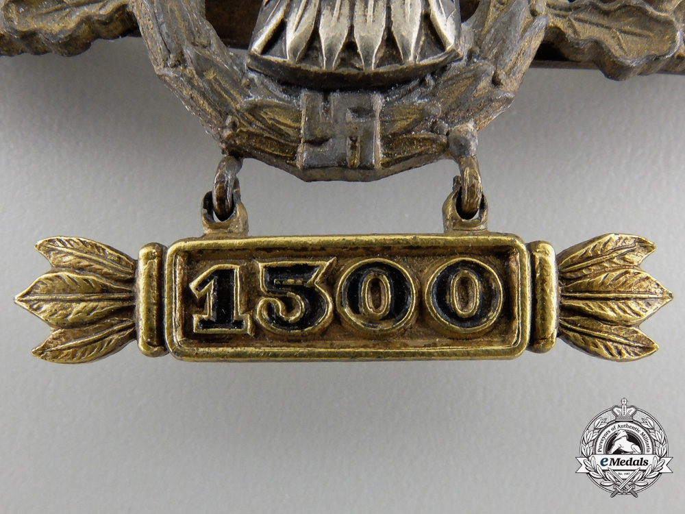 A Reconnaissance Squadron Clasp; Gold Grade with 1500 Hanger