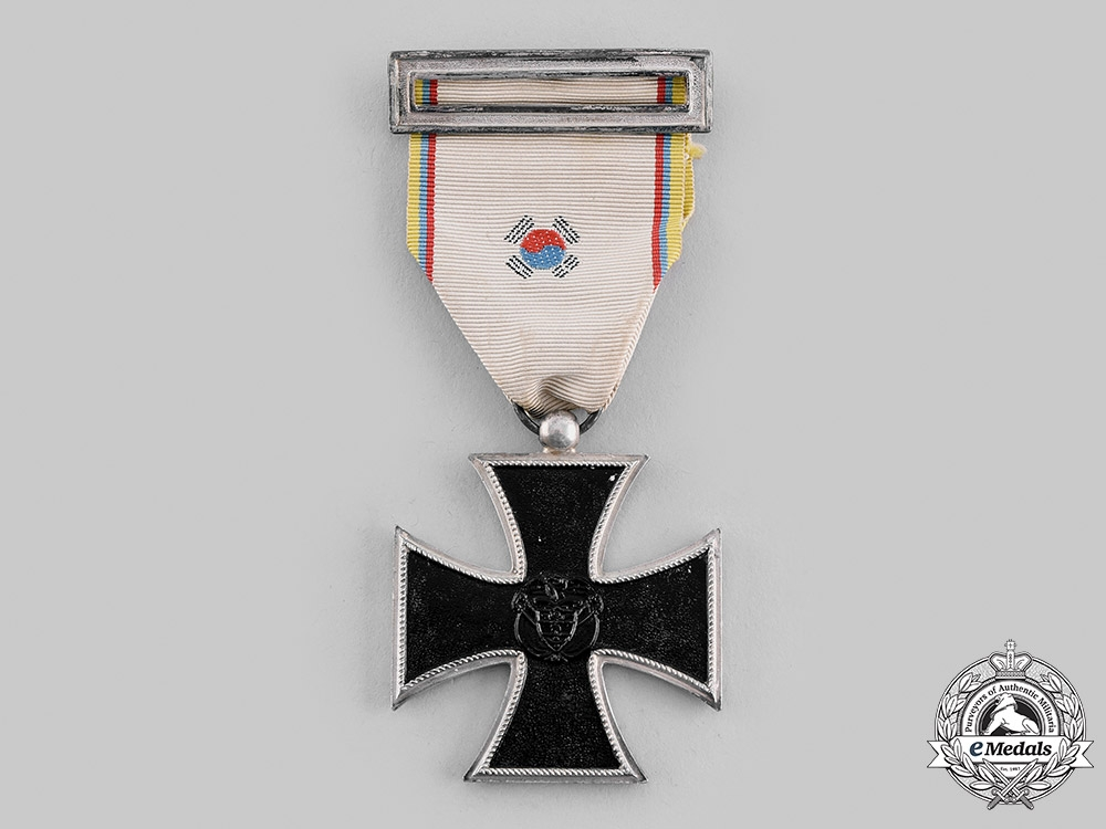 Colombia, Republic. A Medal for Service in War Overseas, Iron Cross for the Korean War, c.1955