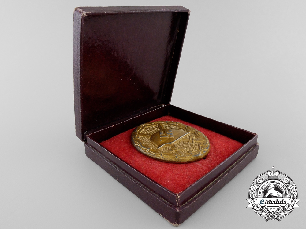 A Gold Grade Wound Badge with Case of Issue