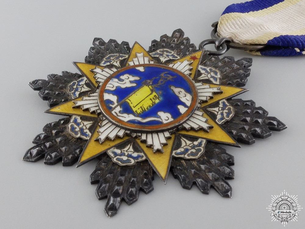 A chinese order of the resplendent banner 9th class knight for 9th class decoration